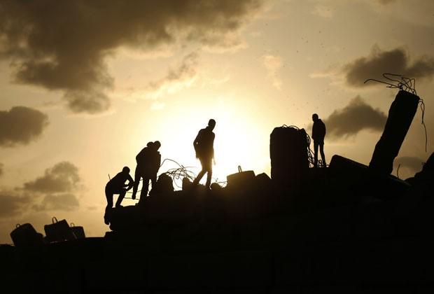 Palestinos são vistos na cidade de Gaza nesta sexta-feira (29) (Foto: Mohammed Salem/Reuters)
