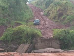 Chuva causou estragos em pontes de Maria Helena (Foto: Reprodução RPC)
