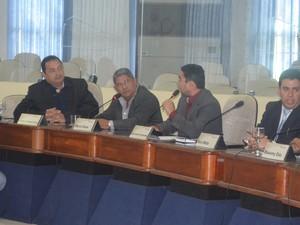 Os vereadores Mário César e Mauricélio Fernandes discutiram durante a sessão desta terça-feira (26) (Foto: Emily Costa/ G1 )