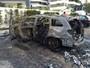 Carro fica destruído após pegar fogo em Salvador; confira as imagens