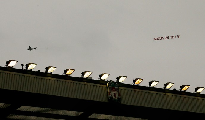 Avião faixa contra o técnico do Liverpool (Foto: Reuters)