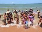 Foliões curtem banho de mar à fantasia, em Manguinhos, na Serra