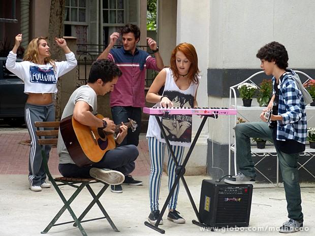 Ben, Giovana e Guilherme ensaiam a trilha sonora do musical (Foto: Malhação / TV Globo)