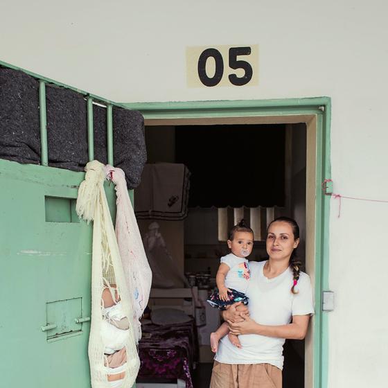 ALA COM BEBÊS Rebeca,de sete meses,não quer colo de estranhos.Em dezembro deixará a cela e ficará com a família da mãe (Foto:  Julia Rodrigues/ÉPOCA)