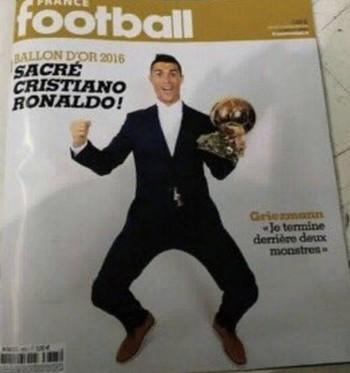 Cristiano Ronaldo com a Bola de Ouro (Foto: Reprodução / Twitter)