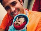 Latino protege macaco do frio: 'Tenho que agasalhar o neném'