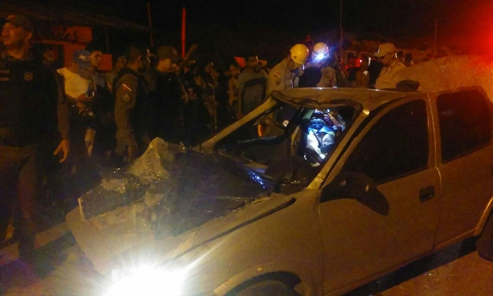 Um dos carros envolvidos no acidente ficou destruído (Foto: Reginaldo Balieiro/TV Tapajós)