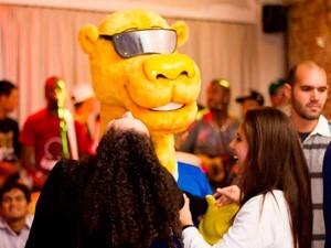 Mascote interage com participantes em roteiro de bares copa do mundo 2014 rio grande do sul (Foto: Divulgação/Go Poa)