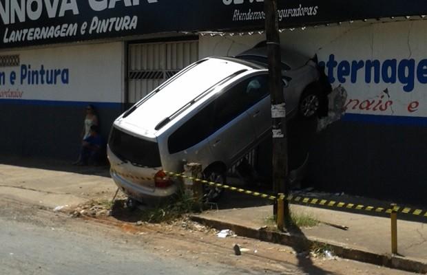 Acidente aconteceu durante a madrugada, quando oficina estava fechada (Foto: Elisângela Nascimento/G1)