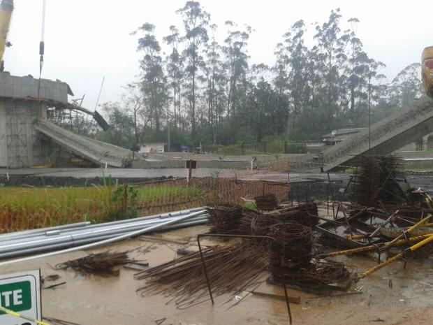 Parte de viaduto desabou em Cubatão, SP (Foto: Jéssica Bitencourt / G1)