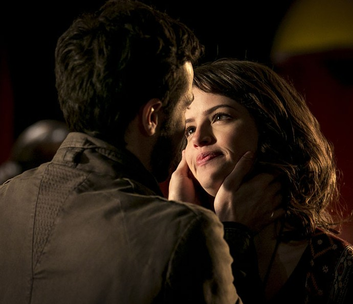Giovanni faz pedido romântico e deixa Camila surpresa (Foto: Isabella Pinheiro/Gshow)