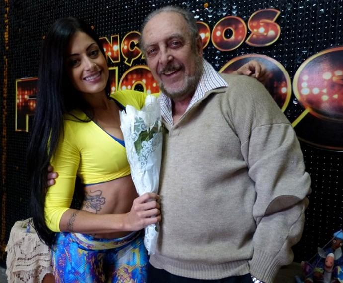 Aline Riscado recebeu flores de presente de Miele durante o 'Dança' (Foto: Gshow)