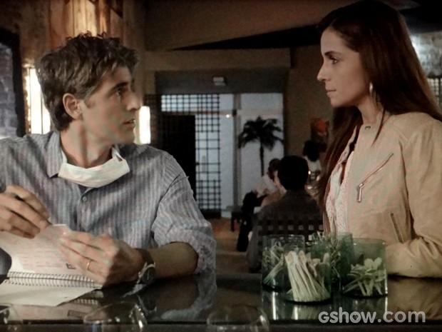 Clara avisa que terá compromisso e Cadu quer saber para onde a esposa vai (Foto: Em Família / TV Globo)