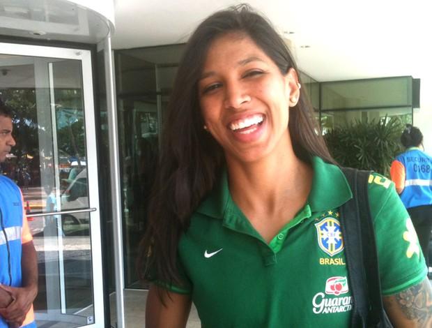 Janaina Jogadora da seleção brasileira tenta tietar Piqué em Fortaleza (Foto: Marcos Montenegro)