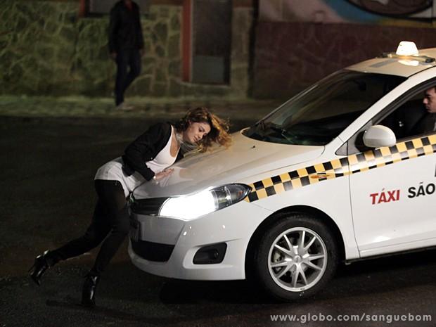 Amora se joga na frente de táxi (Foto: Sangue Bom/TV Globo)