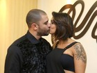 Diogo Nogueira beija mulher no camarim antes de show em SP