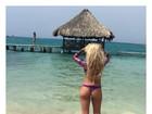Caroline Bittencourt posa de biquininho em paisagem paradisíaca