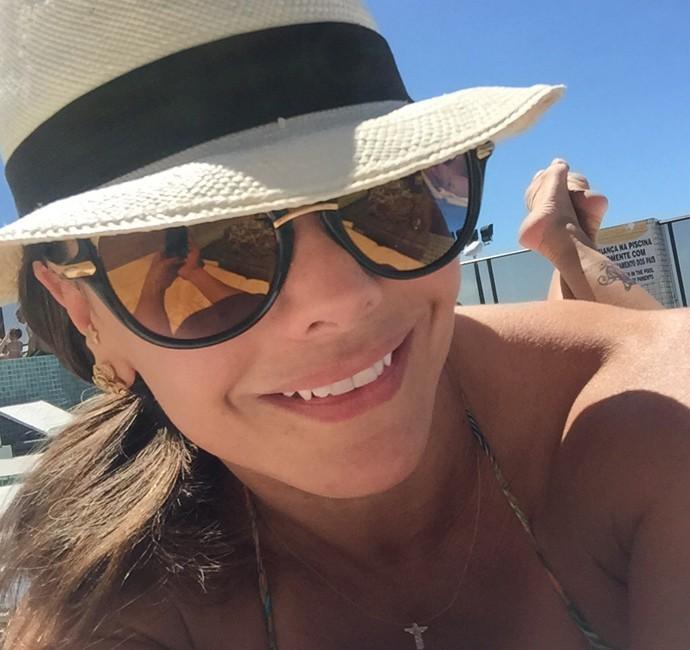 Viviane Araújo sorri enquanto relaxa no calor (Foto: Arquivo Pessoal)