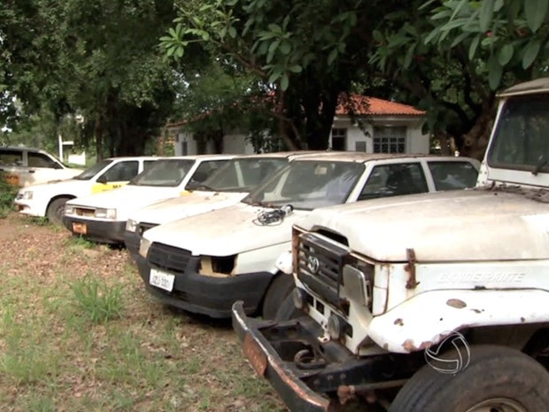 Deixados a céu aberto, carros do Indea transformaram-se em criadouros da dengue (Foto: Reprodução/TVCA)