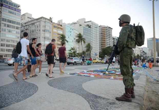 Forças Armadas atuam na segurança pública na praia de Copacabana, no Rio (Foto: Tomaz Silva/Agência Brasil)
