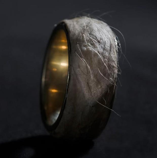 """Um designer de moda da Islândia apresentou um anel do ouro com nome """"Forget Me Knot"""", que tem valor estipulado em quase R$ 1 milhão. Contudo, a parte mais chocante desta peça não é só o preço, mas também que a jóia contém um pedaço da pele do artista (Foto: Divulgação)"""