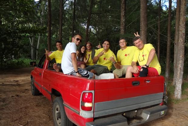 Após gravação, Huck e equipe vão embora na caçamba de uma caminhonete (Foto: Caldeirão do Huck / TV Globo)
