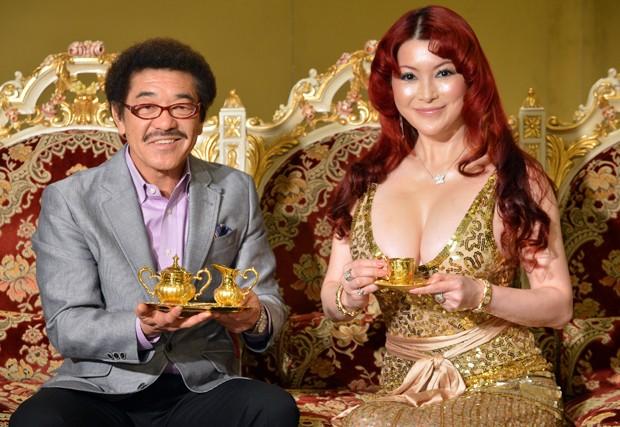 Ex-campeão mundial de boxe Yoko Gushiken  e Mika Kano mostram xícara e um pires de ouro (avaliados em R$ 150 mil) e um pote de açúcar, com preço estimado em R$ 344 mil.  (Foto: Yoshikazu Tsuno)