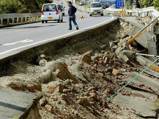 Estrada danificada na cidade Mashiko (Foto: Kyodo / via Reuters)
