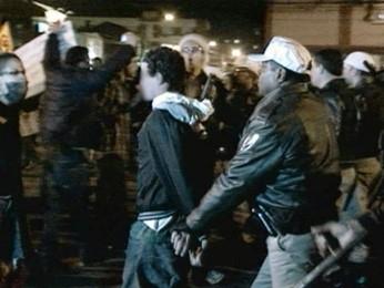 Manifestante é preso após confrontar policiais em Pelotas (Foto: Reprodução/RBS TV)