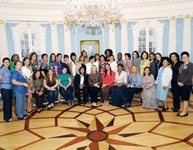 Hilary Clinton e as mulheres empreendedoras do projeto WeAmericas. Kátia Ferreira, diretora do Instituto Proeza de Educação é a ____ da ___. (Foto: Divulgação)