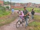 Lama dificulta o acesso de idosos e crianças a posto de saúde e escolas