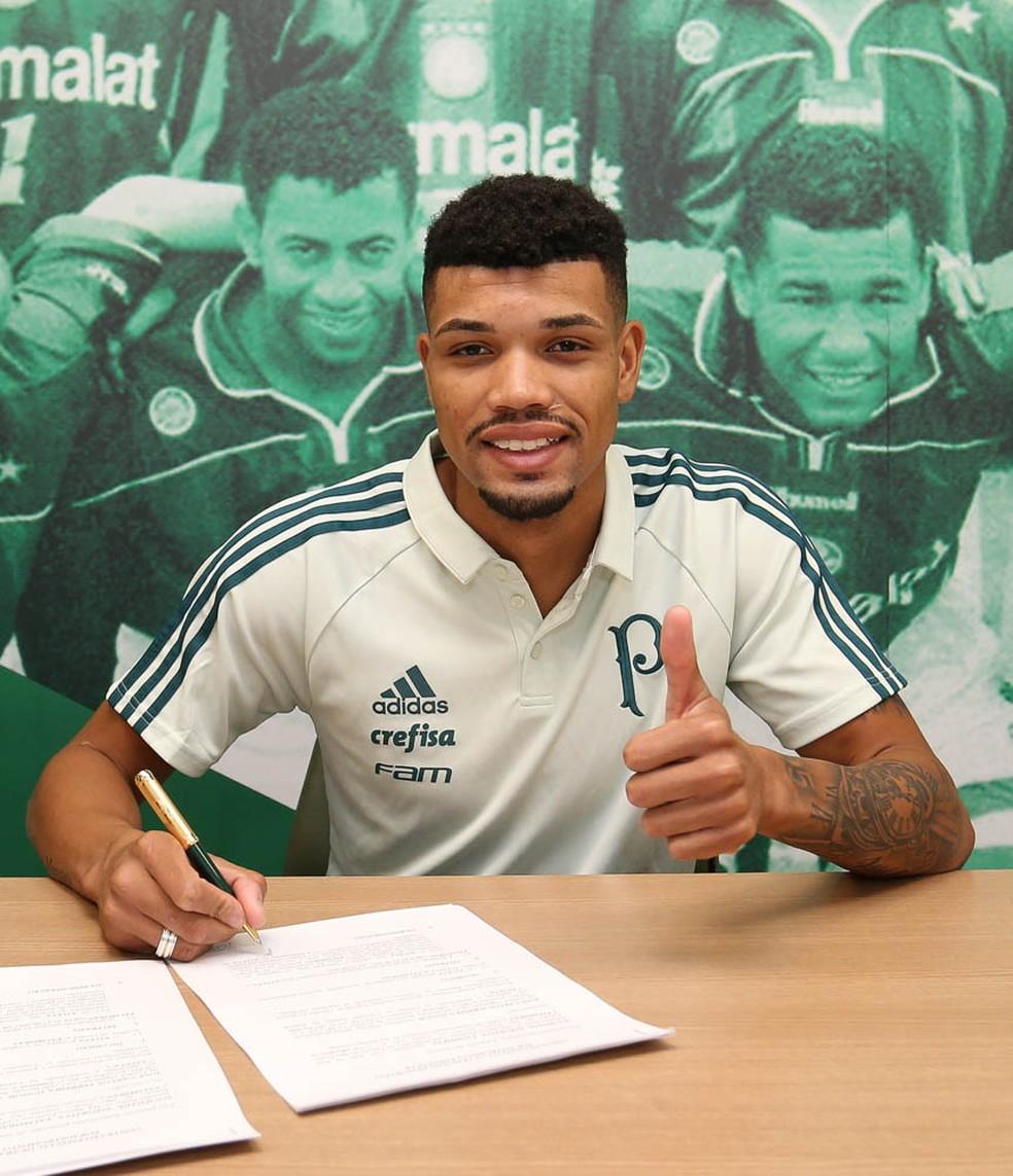Juninho assina contrato até 2022 com o Palmeiras (Foto: Divulgação/Palmeiras)
