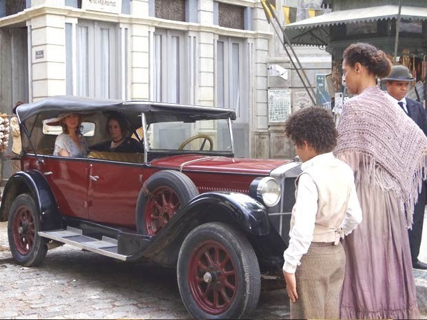 Elias, Zenaide e Constância se encontram na rua (Foto: Reprodução)