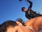 Hugo Moura se diverte em praia com Deborah Secco: 'Eu e elas'