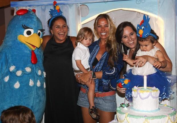 Adriane Galisteu posa para fotos ao lado da família da aniversariante (Foto: Manuela Scarpa/Foto Rio News)