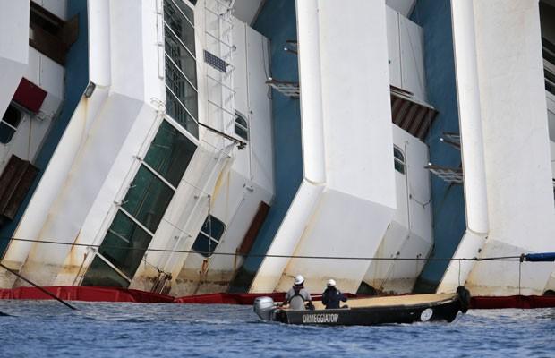 Equipes trabalham na operação para levantar o navio Costa Concórdia, nesta segunda-feira (16) (Foto: Tony Gentile/Reuters)