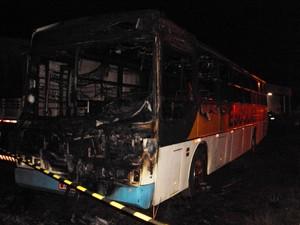 Incêndio em ônibus na madrugada de segunda (11) foi o primeiro ataque confirmado em São Miguel do Oeste (Foto: Corpo de Bombeiros/Divulgação)