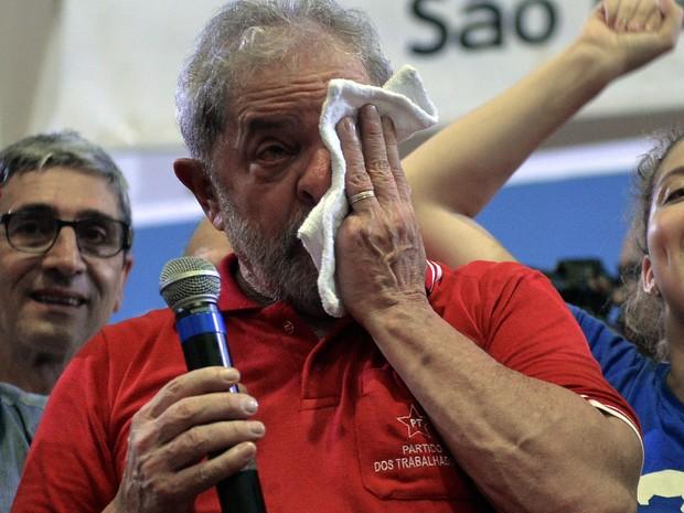 O ex-presidente Luiz Inácio Lula da Silva enxuga lágrimas durante encontro com sindicalistas e membros do Partido dos Trabalhadores (PT) em São Paulo  (Foto: Nelson Almeida/AFP)
