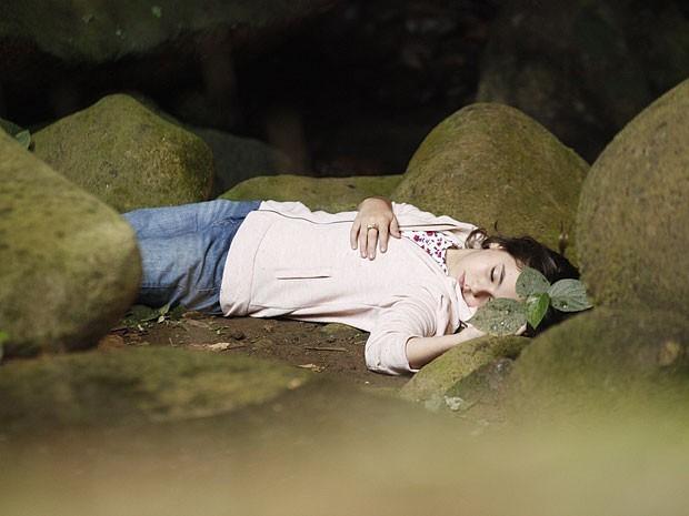 Clara presencia seu sofrimento em outra vida e desmaia dentro de uma gruta (Foto: Divulgação/TV Globo)