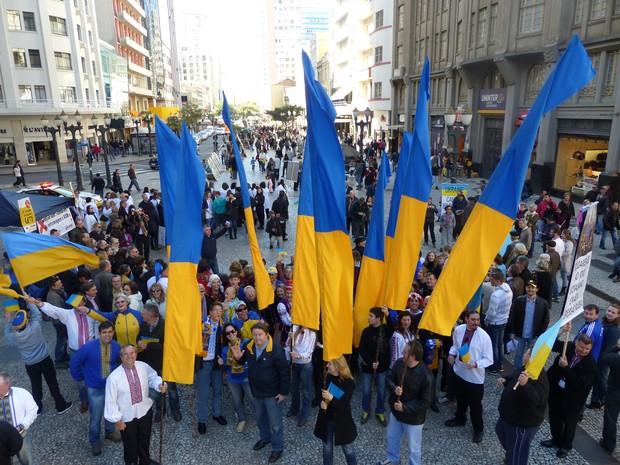 Comunidade ucraniana se reuniu na Boca Maldita, em Curitiba (Foto: Fernando Castro/G1)