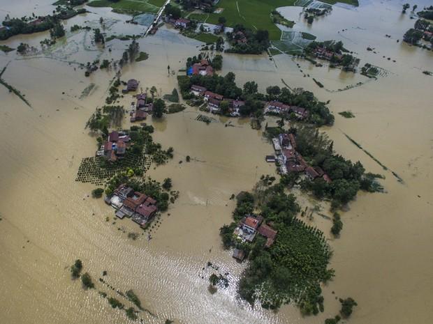 Imagem aérea mostra casas e fazendas parcialmente submersas pela água em Hubei, na China (Foto: Xiao Yijiu/Xinhua via AP)