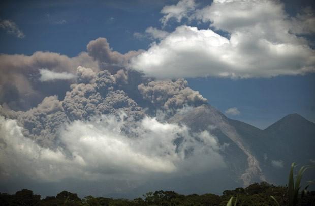 Fumaça se ergue do vulcão Fuego nesta quinta-feira (13) na Guatemala (Foto: Johan Ordoñez/AFP)