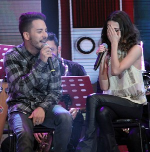 Manu Gavassi se emociona ao cantar com Junior (TV Globo/Altas Horas)