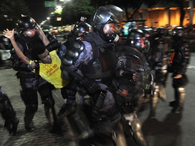 Manifestantes voltam a protestar contra tarifa de ônibus no Rio. Polícia usou spray de pimenta, bomba de efeito moral e foi atingida por cocos. (Foto: Fabio Teixeira/Folhapress)