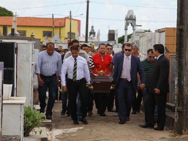 Corpo de Brunno Soares é enterrado no cemitério do Gavião, em São Luís (Foto: Biné Morais/O Estado)