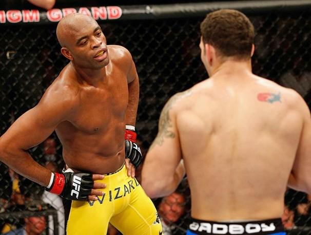 Globo exibe a luta Anderson Silva x Chris Weidman, sábado, dia 28, após o Supercine (Foto: Getty Images)