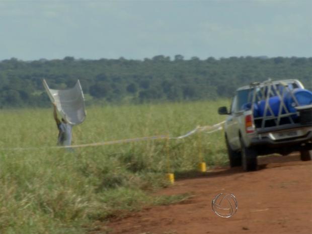 Aeronáutica recolhe peças de avião que fez pouso forçado em MS (Foto: Reprodução/ TV Morena)