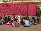 Funcionários 'abraçam' prédio do Centro Paula Souza, em SP