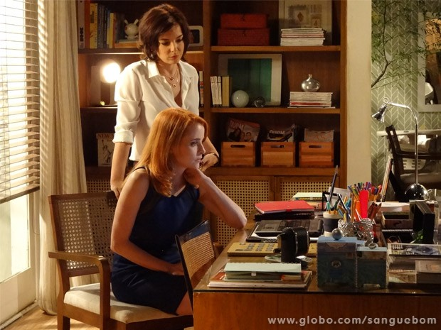 Renata mostra vídeo de Tito entrando em motel com homem para Lara (Foto: Sangue Bom/ TV Globo)