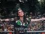 Alinne Rosa aposta em look sexy durante bloco de rua em São Paulo